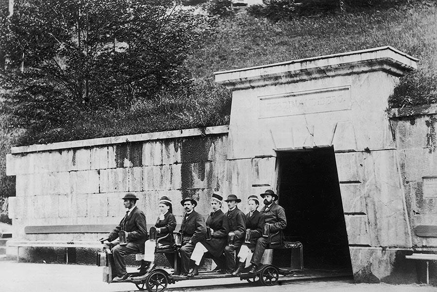 Туристы катаются на специальном поезде в Оберзальцберге, Берхтесгаден. Германия, 1867 год.