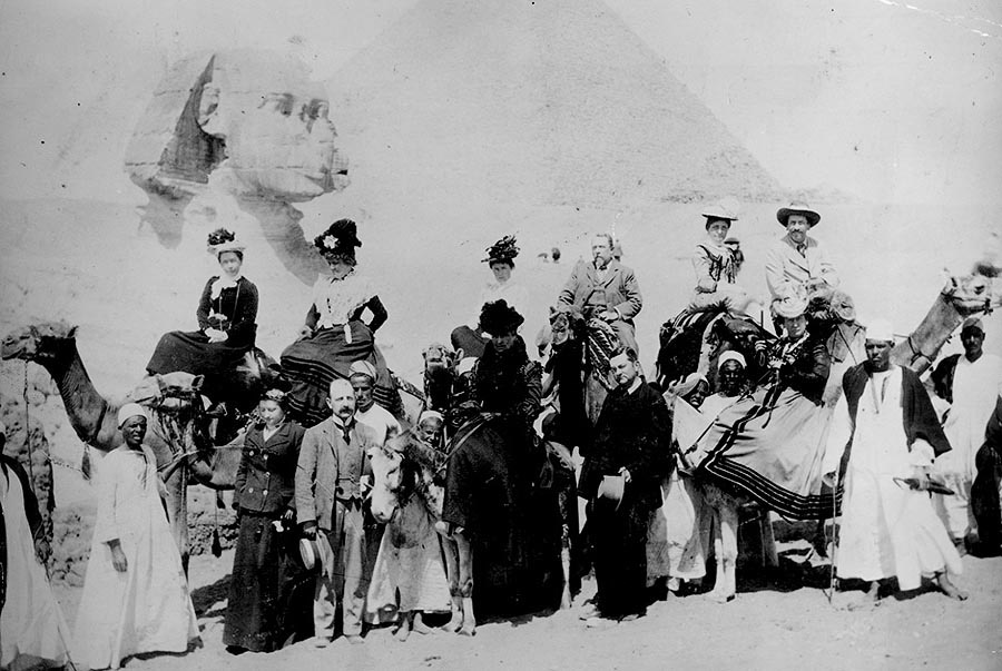 На фоне сфинкса в Гизе. Египет, 1880 год.