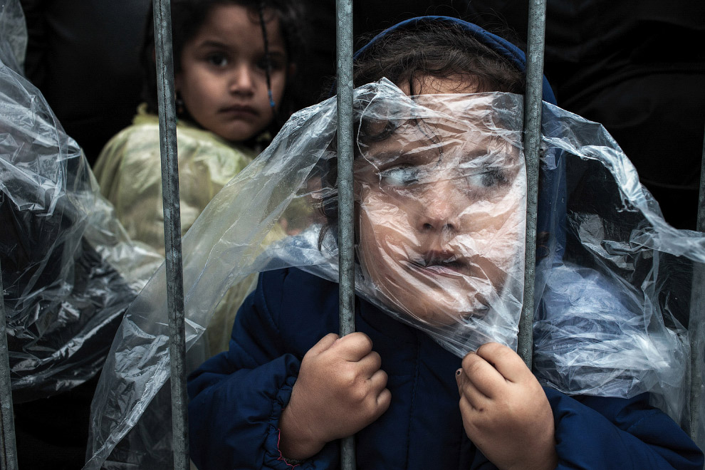 Работа Матика Зормана «В ожидании регистрации» заняла первое место в категории «Люди». Снимок сделан в лагере беженцев в Сербии