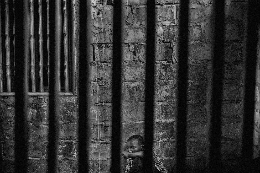 В категории «Проблемы современности» первое место заняла серия фото Марио Круза «Talibes, современные рабы». Talibe — так в Сенегале и ряде других стран называют детей-попрошаек
