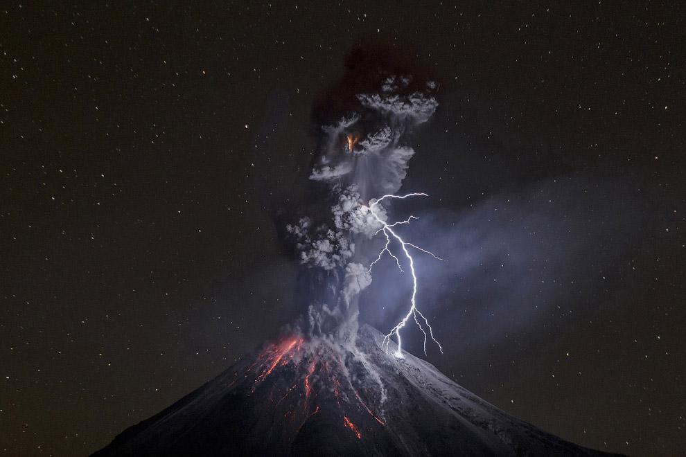 Третье место в категории «Природа» среди одиночных фото получил Sergio Velasco Garcia за снимок вулкана Колима в Мексике