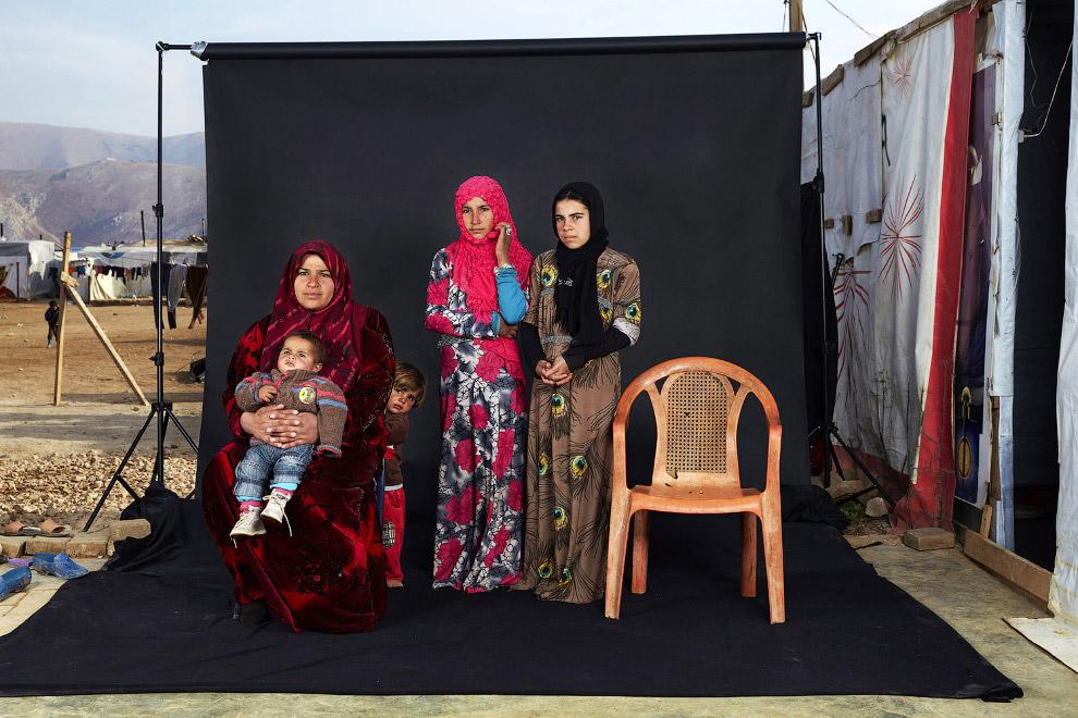 Семья беженцев в лагере в долине Бекаа, Ливан