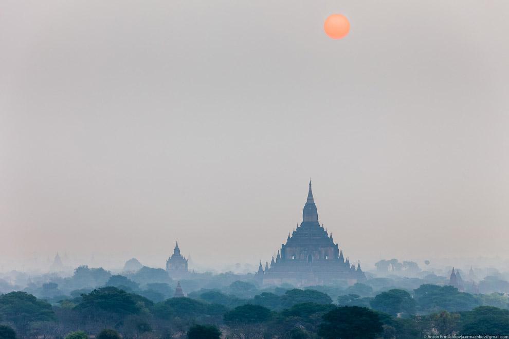 Бледный рассвет на храмом Кубьяукджи (Ku Byauk Gyi):