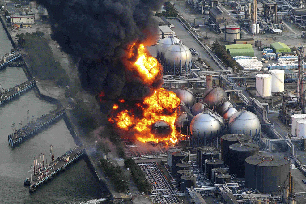 Загорелся нефтеперерабатывающий завод в префектуре Тиба недалеко от Токио