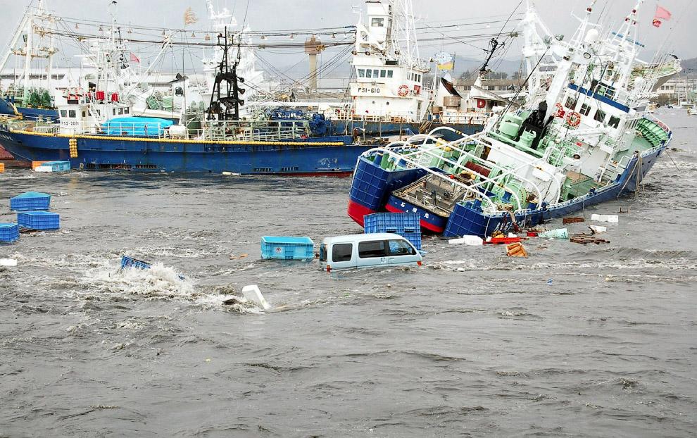 Машины, рыбацкие корабли, мусор — всё вперемешку