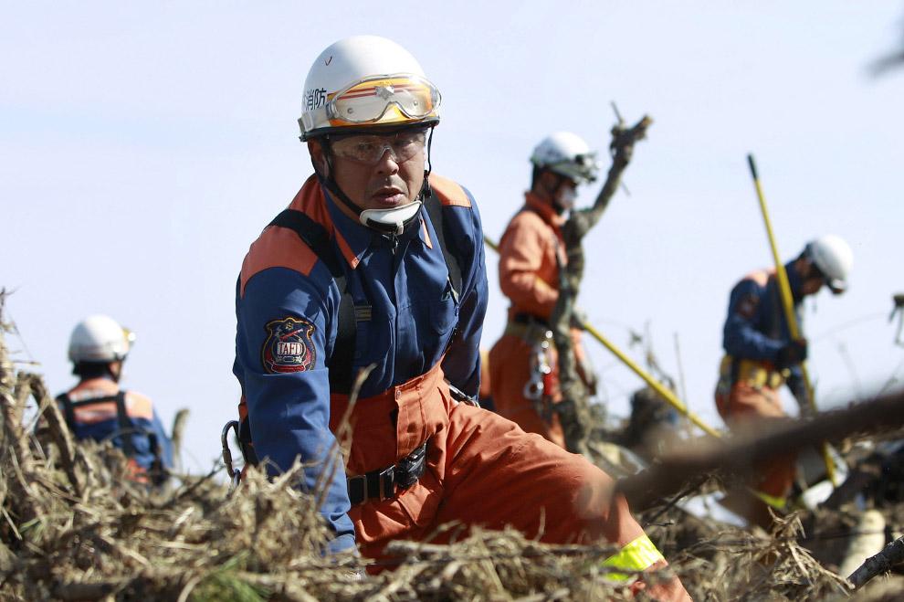Поиск жертв в городе Сома, префектура Фукусима