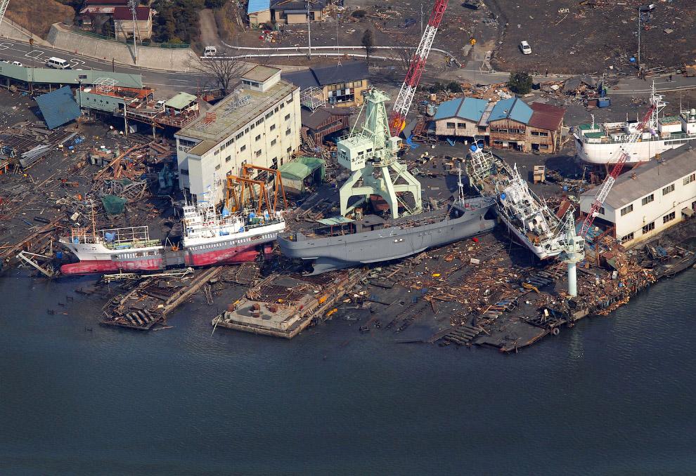 Корабли, которые цунами вынесло на берег, префектура Мияги