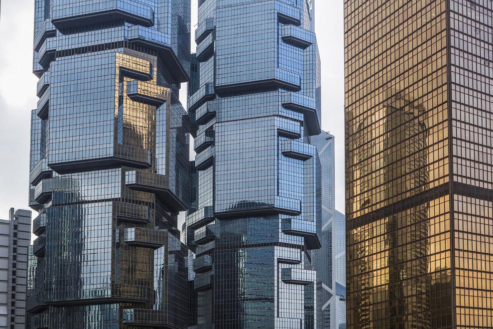 48-этажная Lippo Tower и 44-этажная Peregrine Tower