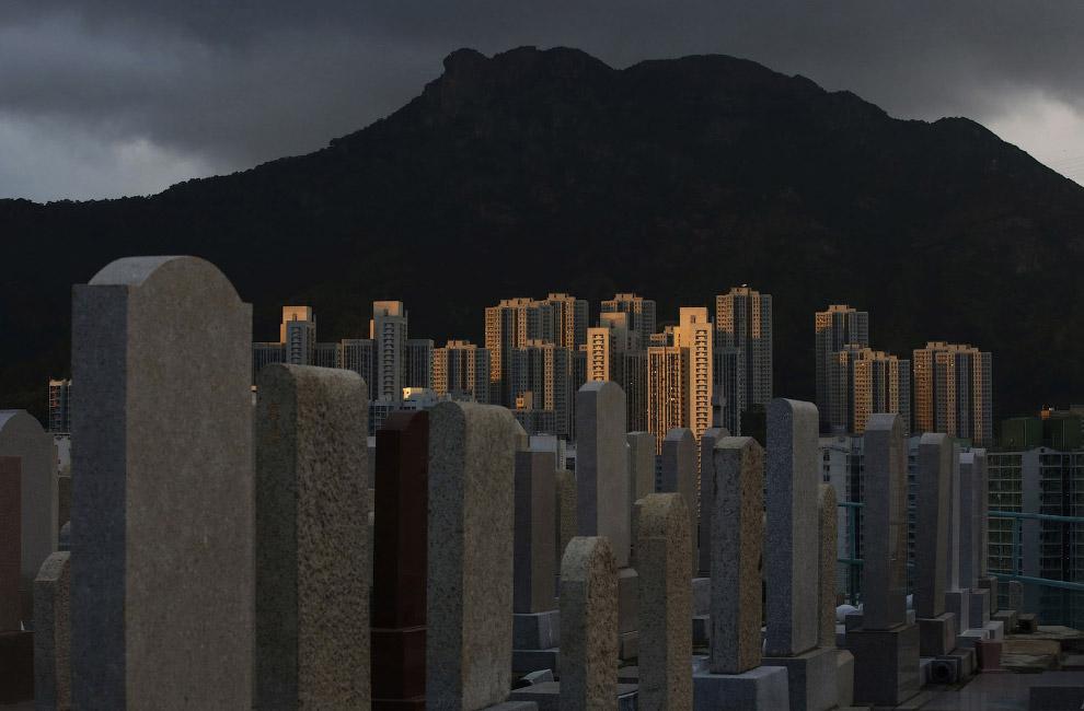 Живые и мертвые: кладбище на холме неподалеку от жилых кварталов