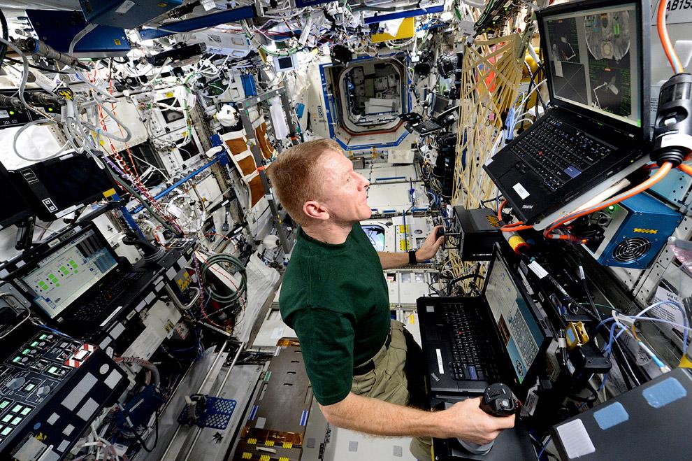 внутри Международной космической станции