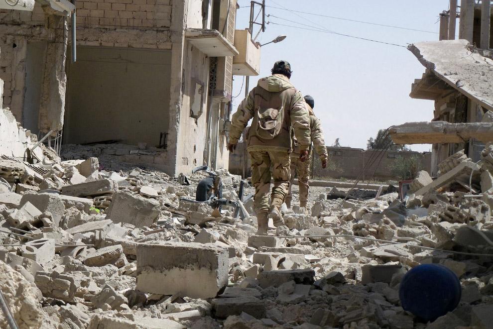 Идем по улицам Пальмиры с солдатами сирийской армии