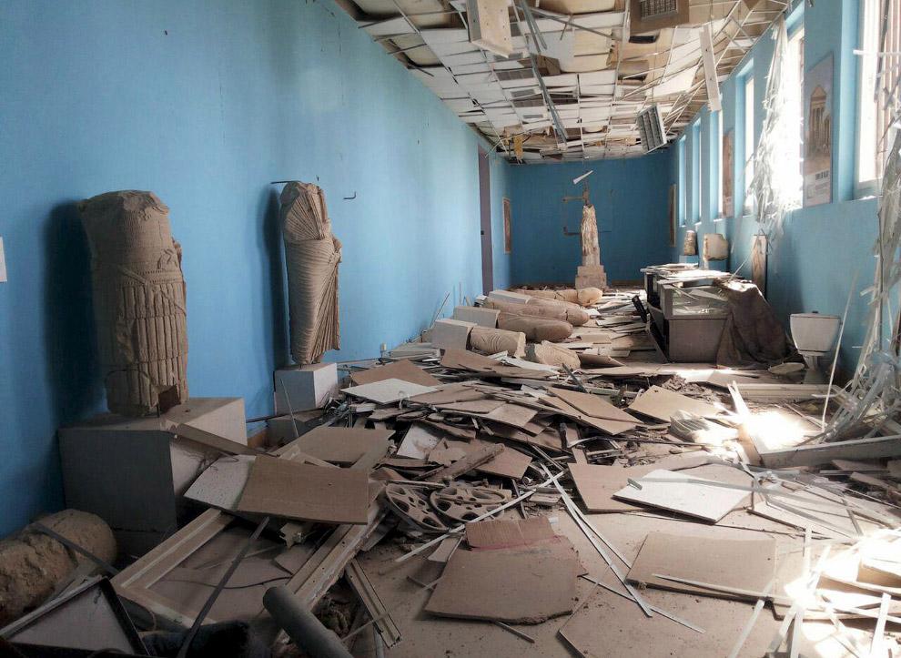 Поврежденные артефакты внутри музея древней Пальмиры