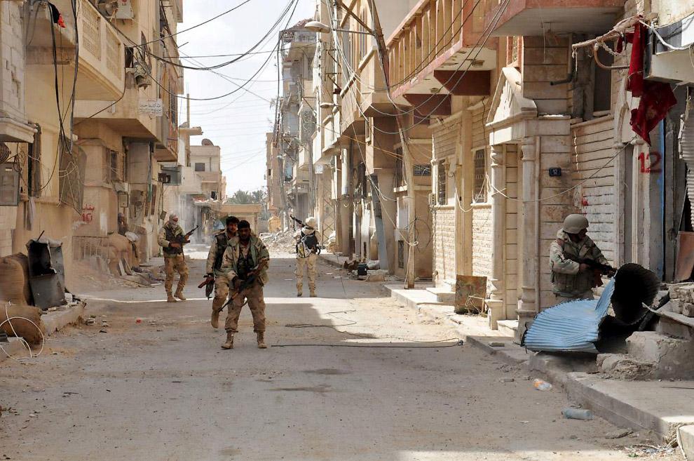 Солдаты сирийской армии на улицах древней Пальмиры