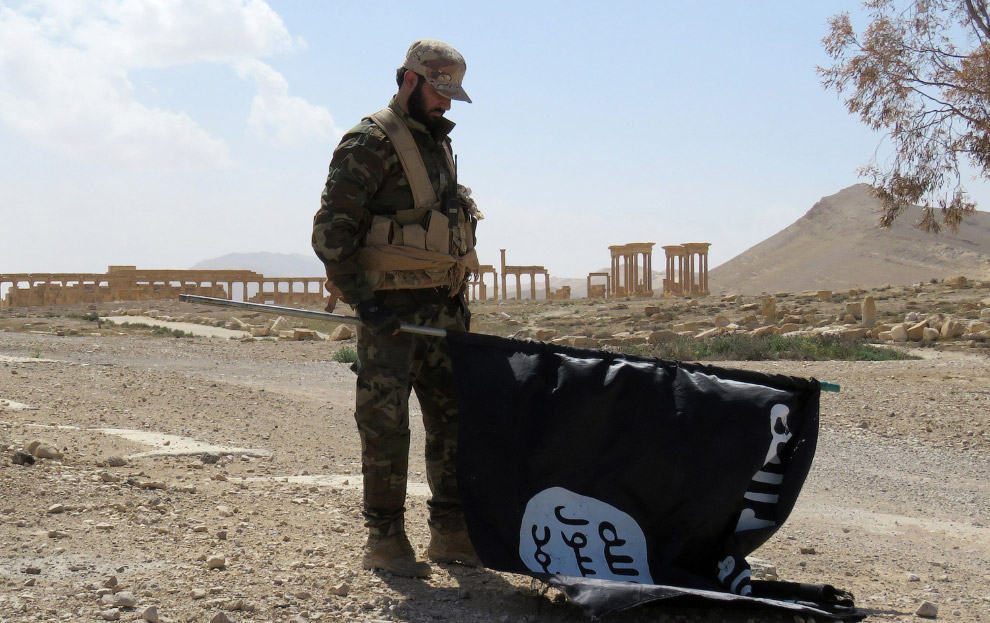 Флаг ИГ, который снял солдат правительственных войск
