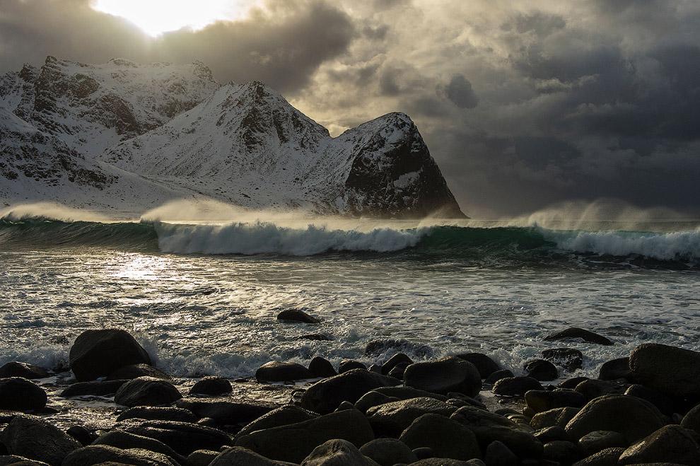 Северные волны на пляже в Флакстаде