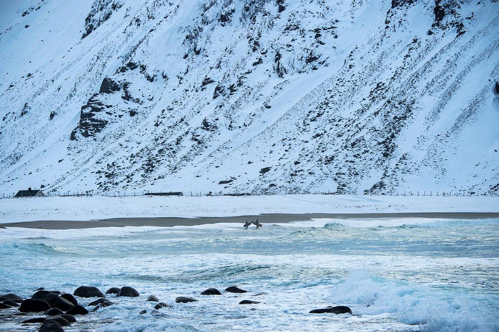 Два серфера заходят в ледяную воду