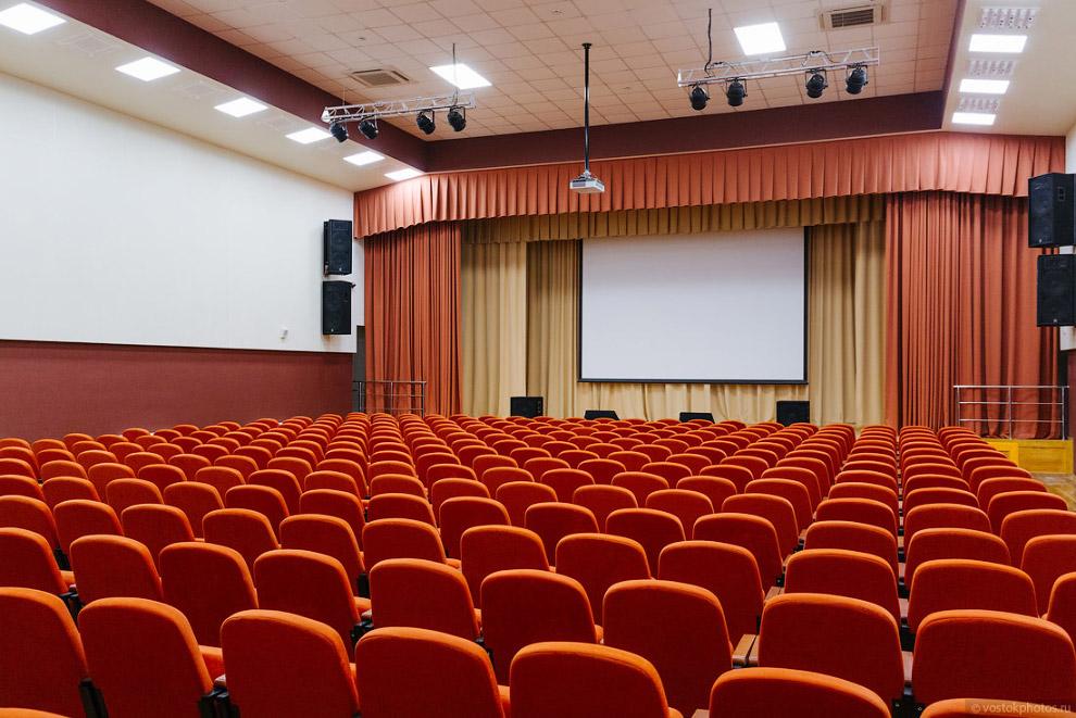 Огромный актовый зал или кинотеатр