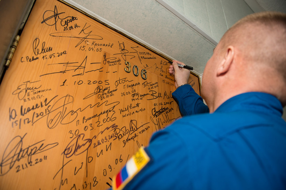 Еще одна традиция перед стартом — расписаться на двери своего номера в гостинице «Космонавт», где обычно живут члены экипажа перед стартом