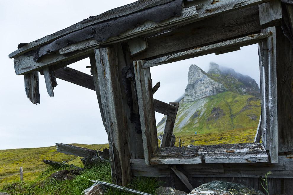 Остатки деревянной лачуги на Шпицбергене