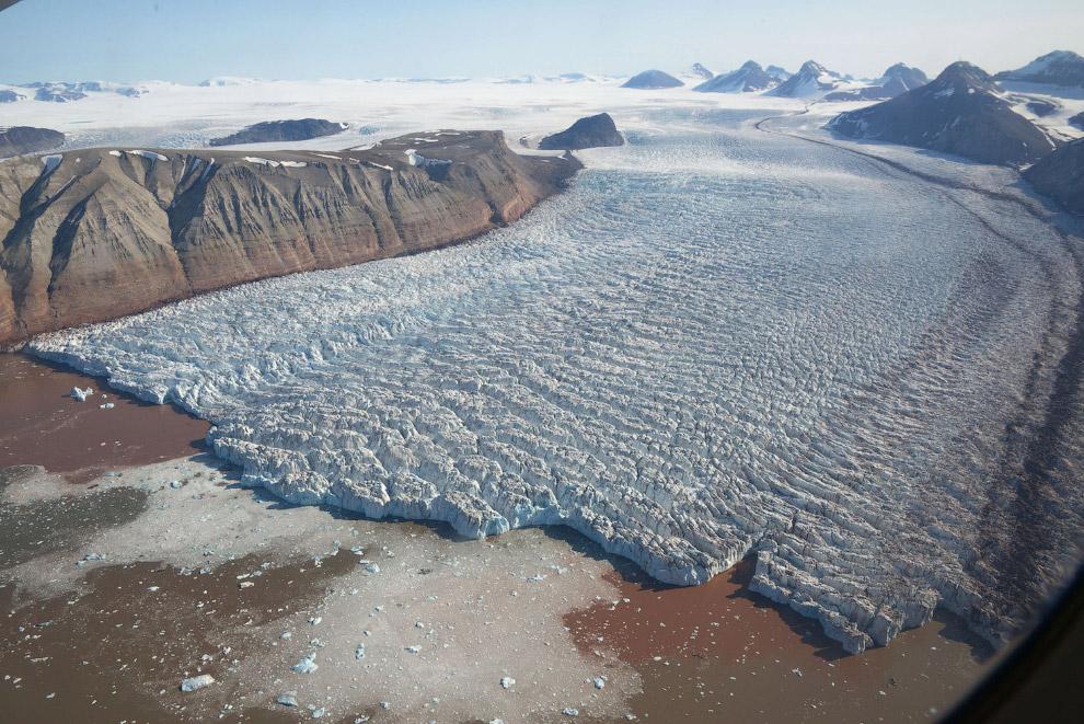 Красивый ледник Кронебрин, расположенный в западной части острова Западный Шпицберген