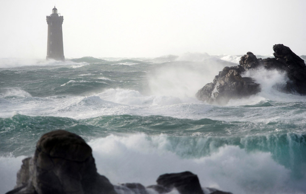 Бушующее море и маяк, Франция