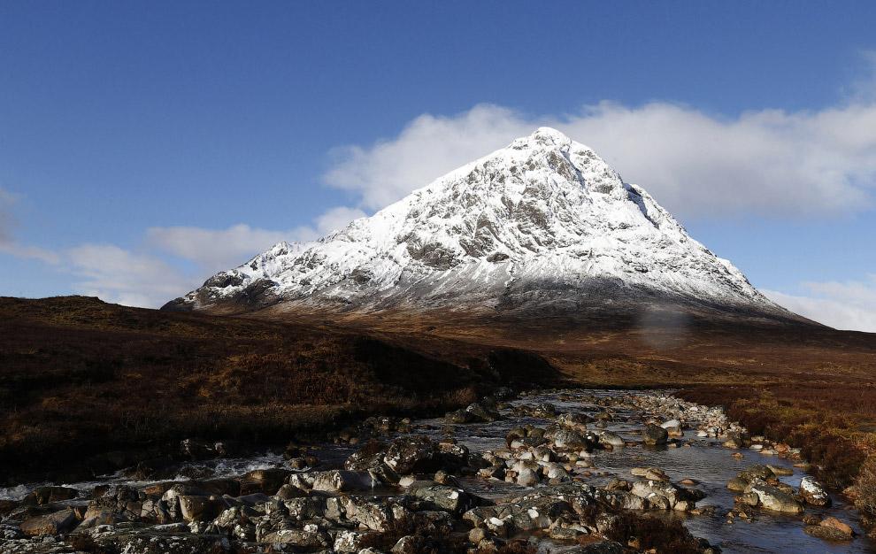 Зажурчала весенняя река в горах Шотландии