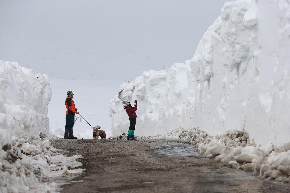Последствия весеннего снегопада на горнолыжном курорте в Испании