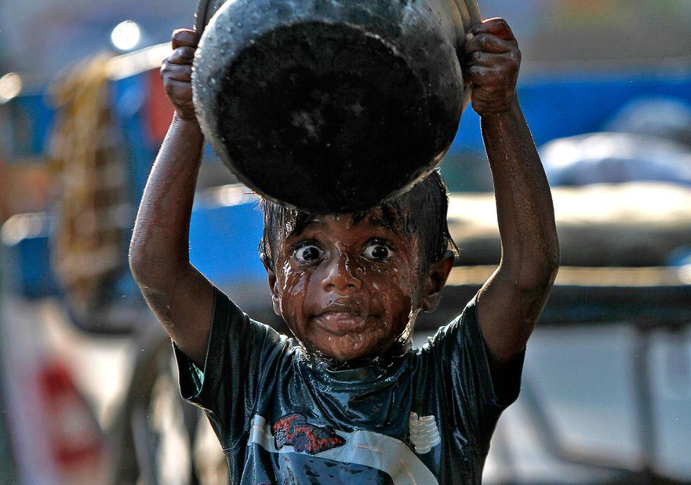 Умывание на обочине в индийском городе Ченнаи