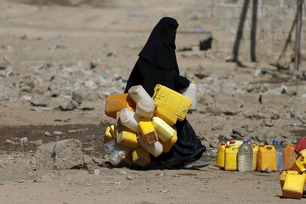 В этом районе Саны, Йемен все ходят на единственную колонку, пытаясь наполнить как можно больше емкостей