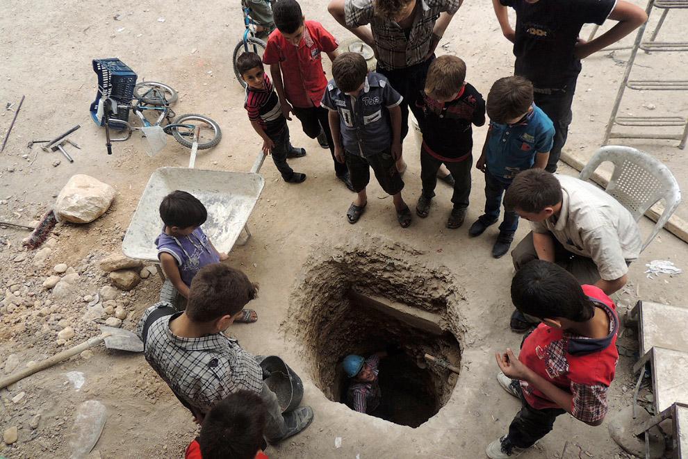 Местные жители роют колодец в пригороде Дамаска, Сирия