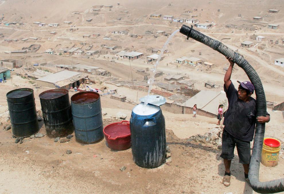 Заполнение бочек водой из автоцистерны, Лима, Перу