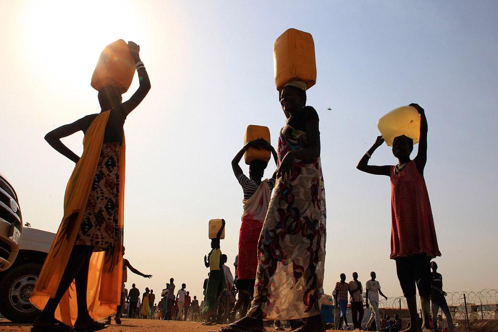 Переноска воды недалеко от столицы Южного Судана