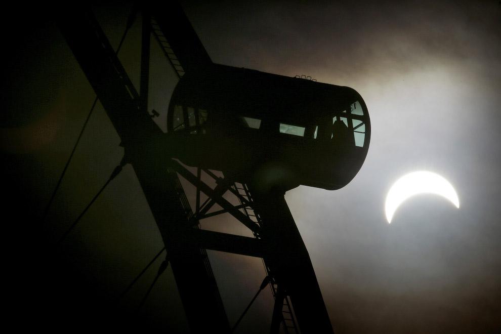 Частичное солнечное затмение и колесо обозрения в Сингапуре