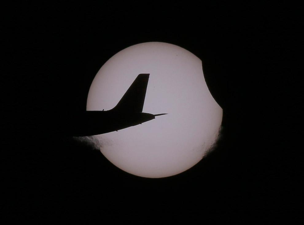 Частичное солнечное затмение 2016 и хвост самолета, Филиппины