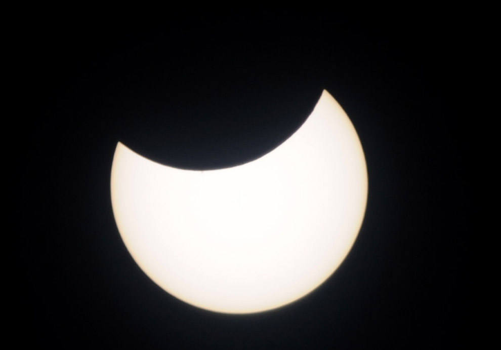 Серия из трех фотографий, на которых показано полное солнечное затмение на острове Бали,