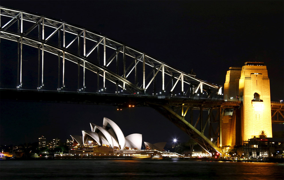 Сиднейский оперный театр и мост Харбор-Бридж в Сиднее