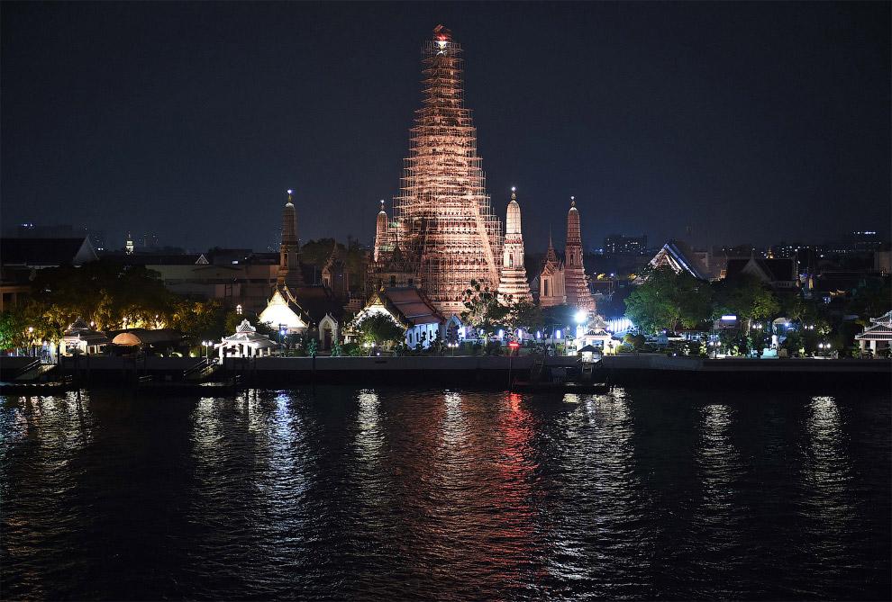 Буддийский храм Ват Арун (или Храм Рассвета) в Бангкоке