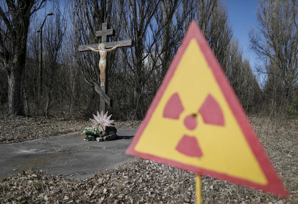 Распятие и знак радиации