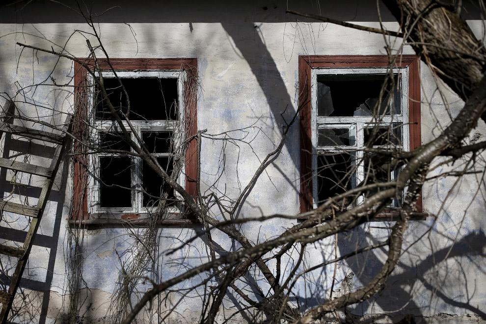 Заброшенный дом в селе Залесье около Чернобыльской АЭС