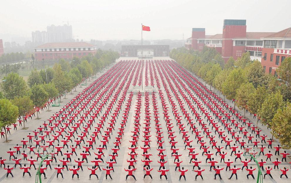 Бесчисленное количество студентов на спортивной площадке средней школы