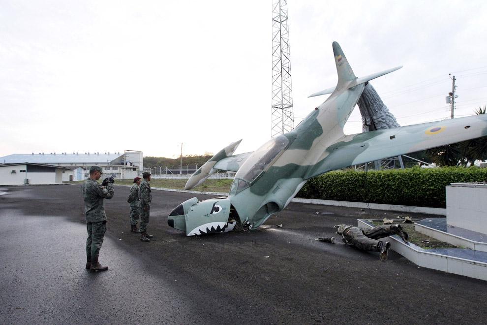 Поврежденная скульптура самолета около аэропорта в городе Манта, Эквадор