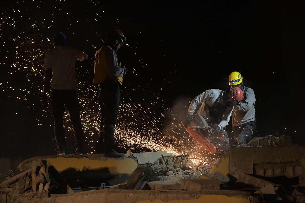 Поиск жертв под обломками зданий, Эквадор