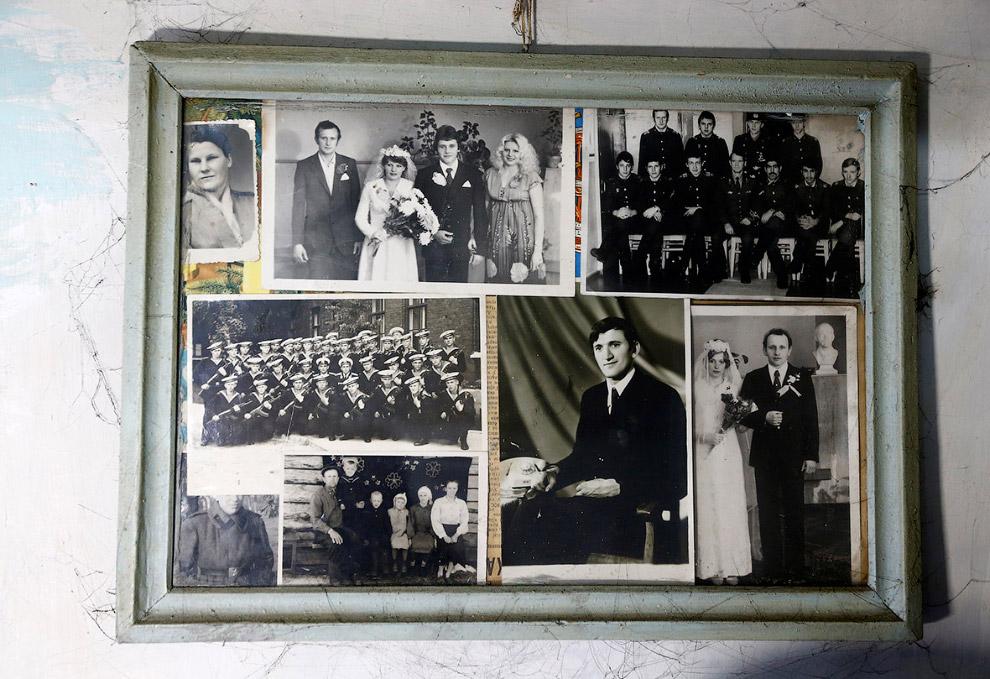 Родственники 90-летнего Ивана Шеменка на фотографиях в доме