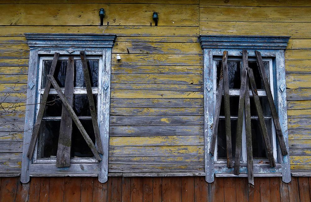 Заброшенный, заколоченный дом рядом с домом 09-летнего Ивана