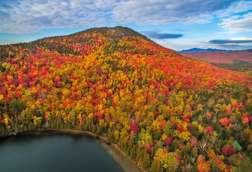 Осень на горном хребте Адирондак на северо-востоке штата Нью-Йорк
