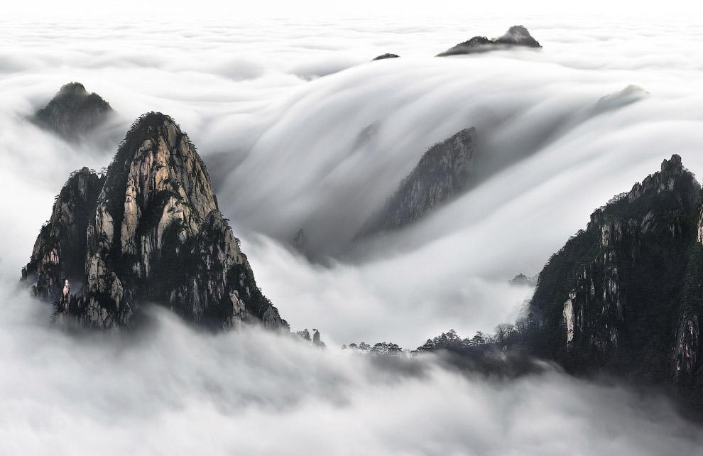 Желтые горы в облаках, Китай