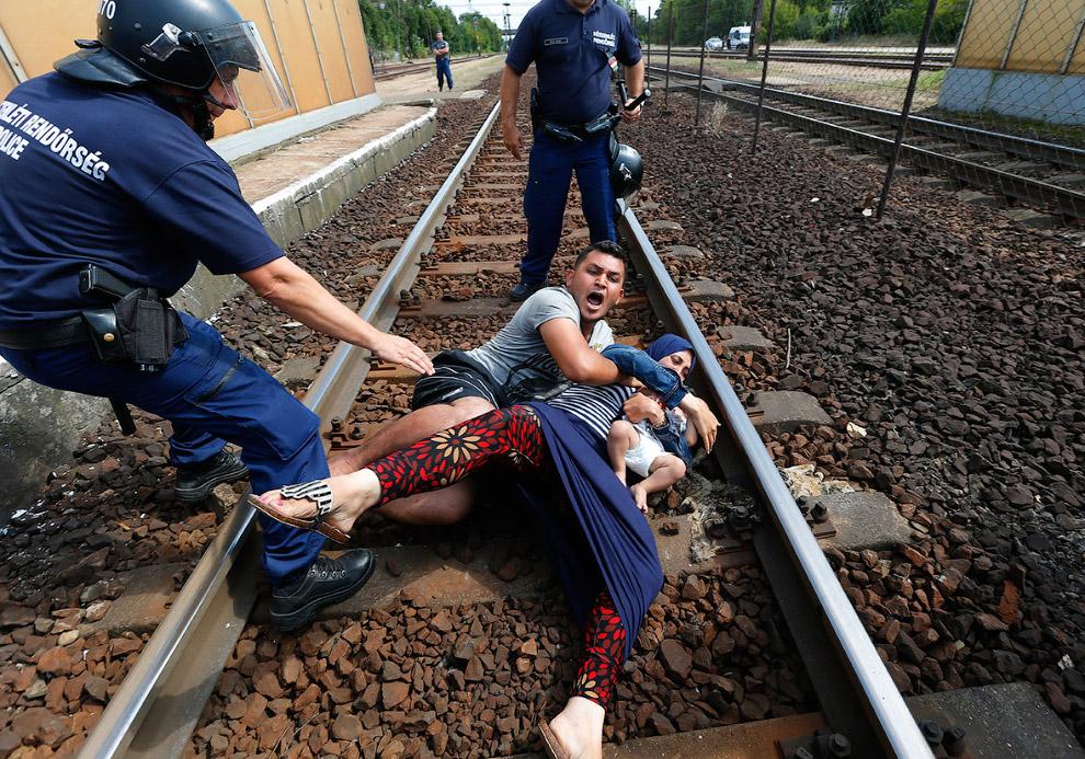 Венгерская полиция ловит семью нелегалов на железнодорожном вокзале в городе Бичке
