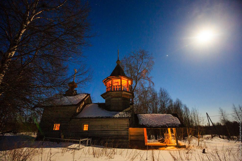 Церковь Николая Чудотворца и Луна.