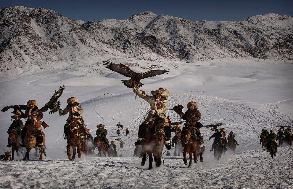 Охотники с хищными птицами на западе Китая