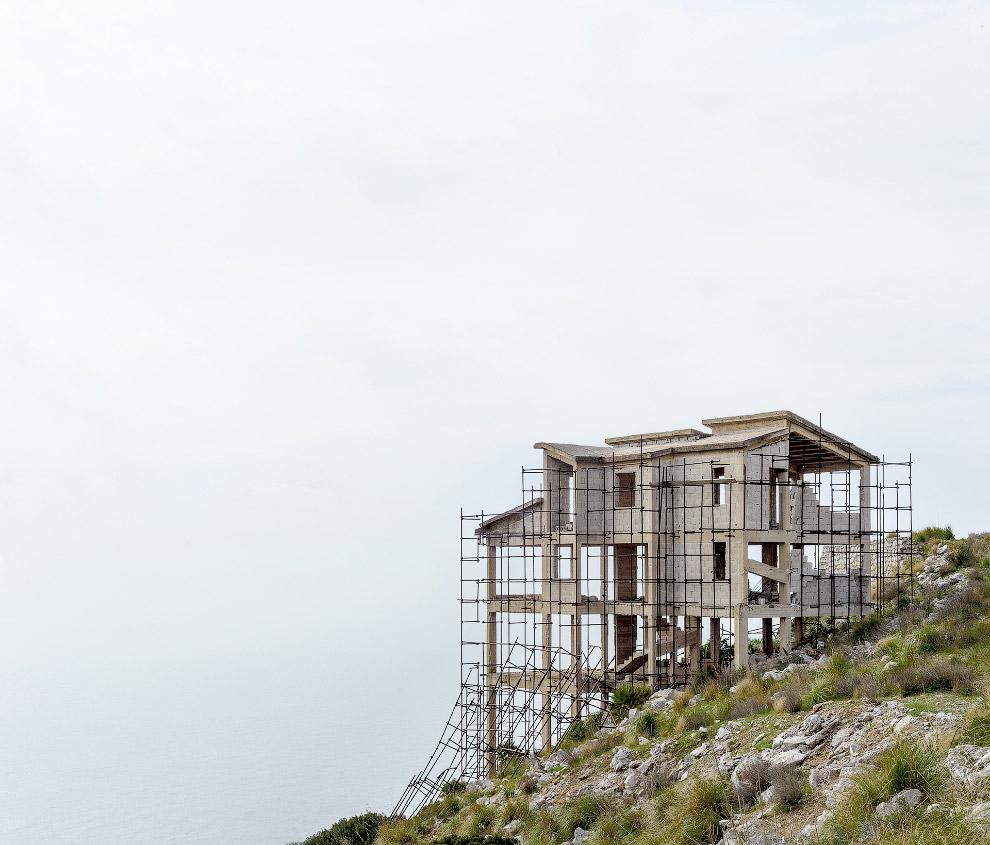Недостроенный дом на юге Италии из-за финансового кризиса